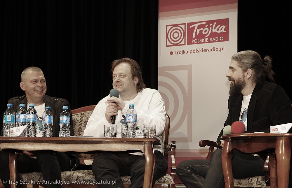 """Panowie Olaf Lubaszenko (FILM), Adam Nowak (MUZYKA) oraz Bartosz Strozynski (FOTOGRAFIA) wprowadzają nas do projektu.  Ważny jest jeszcze jeden członek załogi, o którym wspominają mężczyźni: """"Bo tak naprawdę to wszystko od Trójki (Trójka - Program 3 Polskiego Radia przyp.red.) się zaczęło!""""  Panowie opowiadają widowni o początkach, o idei projektu, o ich największych obawach i o tym czego nie mogą się doczekać."""