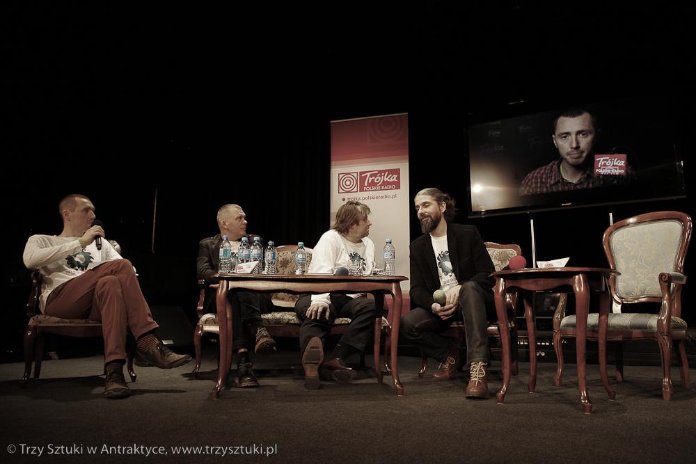 """Bartosz Stróżyński zaskoczył wszystkich wspaniałym filmem wprowadzającym w projekt. Każdy z obecnych na konferencji członków załogi opowiada tam o swoim zadaniu w projekcie """"Trzy Sztuki w Antarktyce""""."""